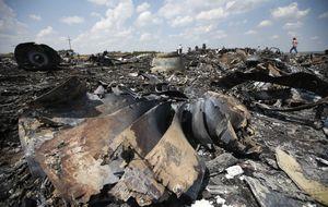 Abandonados en el campo, los restos del MH17 se pudren al sol