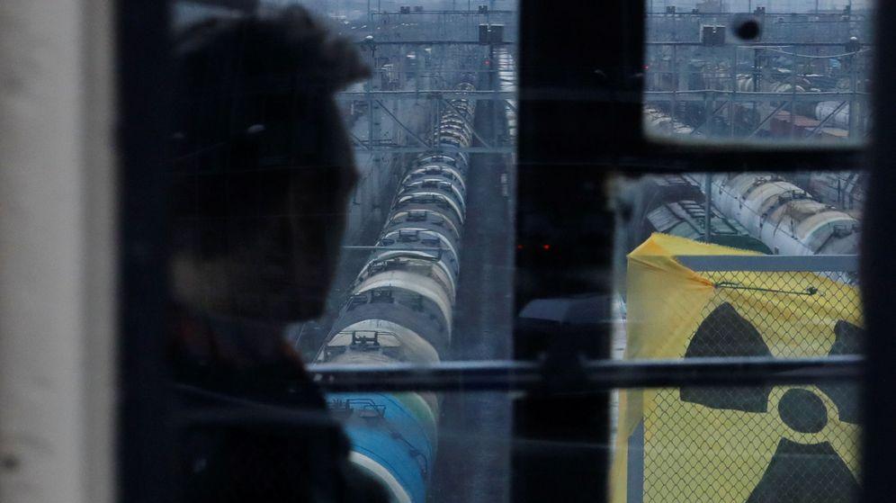 Foto: Un pasajero observa un símbolo nuclear en San Petesburgo, Rusia. (Reuters)