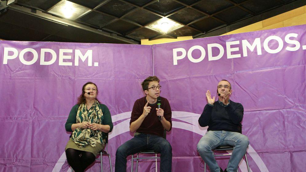 Foto: El secretario de Política de Podemos, Íñigo Errejón (c), junto los diputados baleares Juan Pedro Yllanes (d) y Mae de la Concha (i), durante un coloquio organizado por Podem Illes Balears este sábado. (EFE)