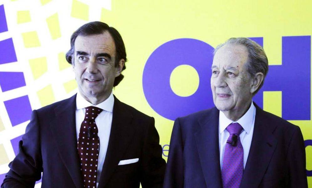 Foto: El presidente de OHL, Juan Villar Mir Fuentes, junto al fundador del grupo, Juan Miguel Villar Mir (c). (EFE)