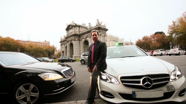 Foto:  El abogado José Andrés Díez Herrera entre un coche de Cabify y un taxi. (Enrique Villarino)