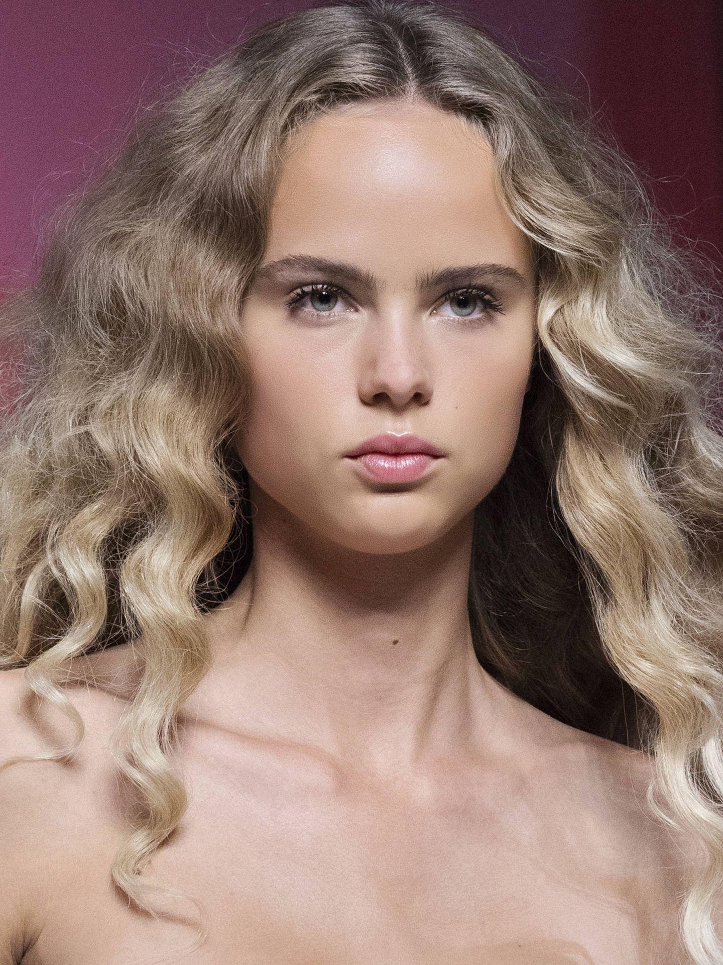 Cómo evitar en encrespamiento en el cabello rizado. (Imaxtree)