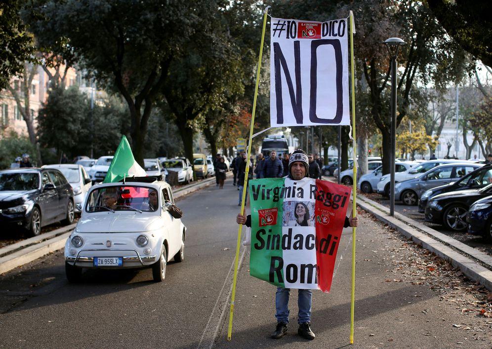 Foto: Un hombre con una pancarta a favor del no durante una marcha en Roma, el 26 de noviembre de 2016. (Reuters)