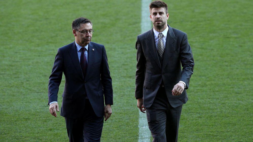 Foto: Josep Maria Barotmeu y Gerard Piqué, en enero de 2018, cuando renovó hasta 2022. (Reuters)