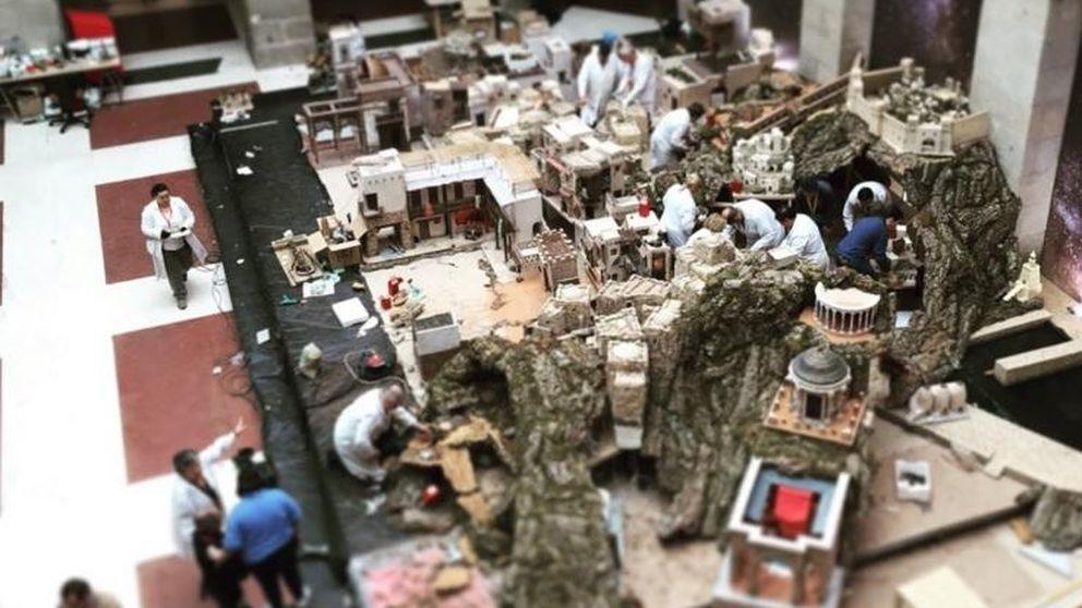 Cifuentes reta a Carmena y llena Sol de Navidad con belén y fábrica de juguetes