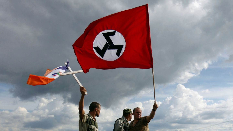 Partidarios del Movimiento de Resistencia Afrikaner (AWB) con banderas del partido y de la época del apartheid. (Reuters)
