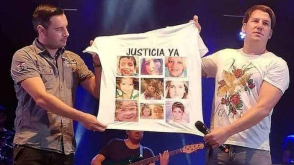 Foto: Andy y Lucas muestran una camiseta con la imagen de los niños asesinados durante un concierto (Foto difundida por los padres de Gabriel)