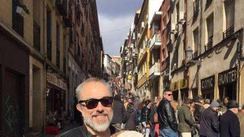 Álex de la Iglesia, un papá orgulloso en el Rastro de Madrid