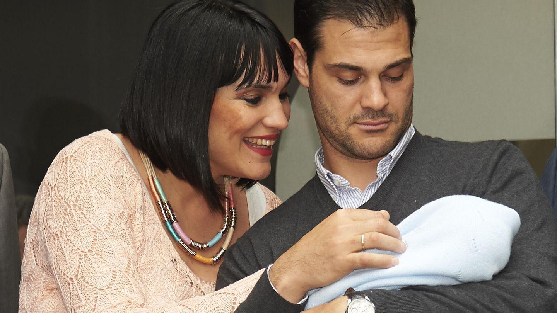 Irene Villa y su marido, Juan Pablo Lauro, presentan a su hijo recién nacido Pablo (Gtres)