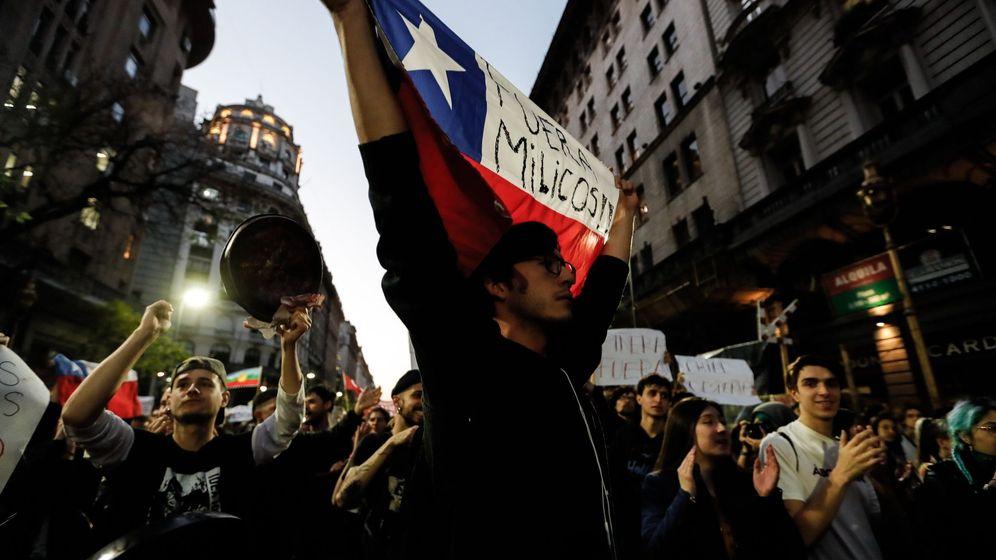 Foto: Decenas de personas protestan por la situación de Chile. (EFE)