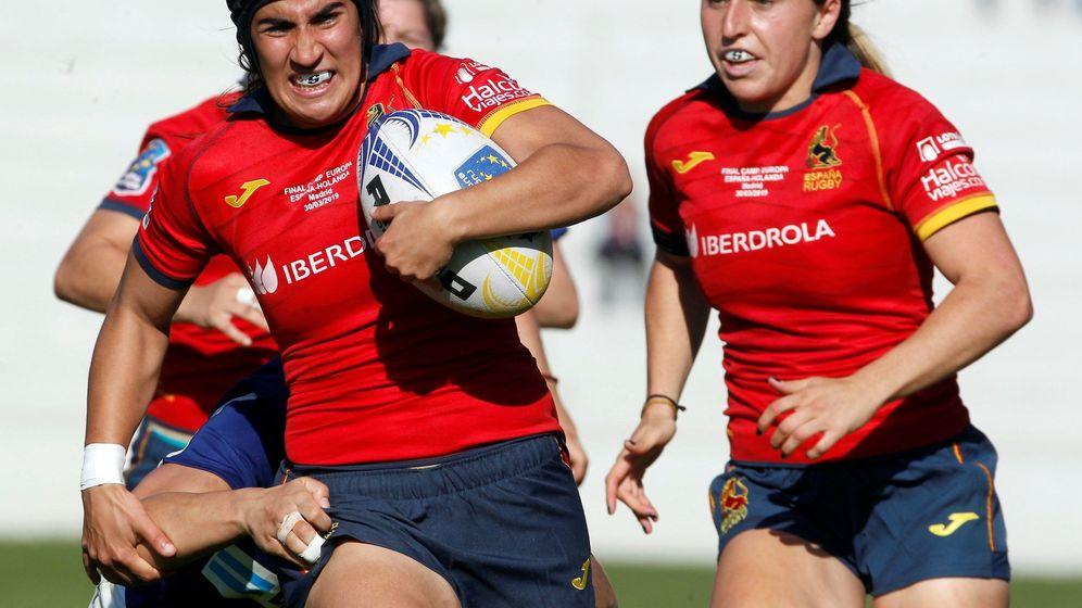Foto: Lourdes Alameda con el balón junto a su compañera Erbina. (EFE)