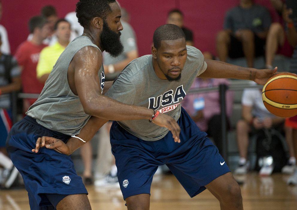 Foto: Kevin Durant defendido por James Harden durante el 'training camp' de Las Vegas. (REUTERS)
