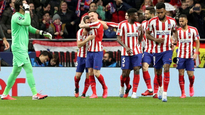 Saúl celebra el gol marcado al Liverpool. (EFE)
