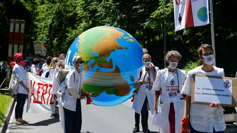 Manifestación de médicos a favor de la naturaleza y contra el cambio climático (REUTERS)