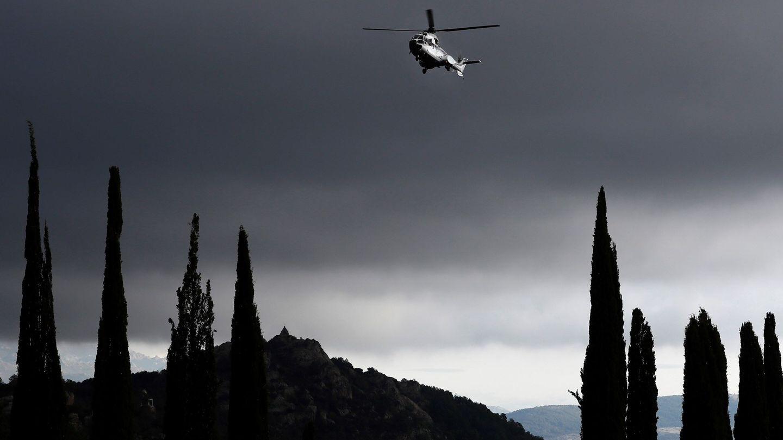 GRAF026. SAN LORENZO DE EL ESCORIAL (C. MADRID), 24 10 2019.- El helicóptero que transportará el féretro con los restos mortales de Francisco Franco hasta el cementerio de El Pardo-Mingorrubio, un Super Puma del Ejército del Aire, a su llegada al Valle de los Caídos. EFE Mariscal POOL - NO ARCHIVO   NO VENTAS-