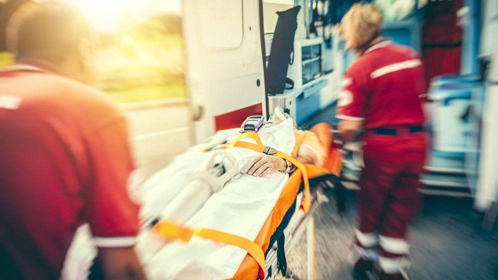 Foto: Una mujer es atendida por los servicios médicos de emergencia. (iStock)