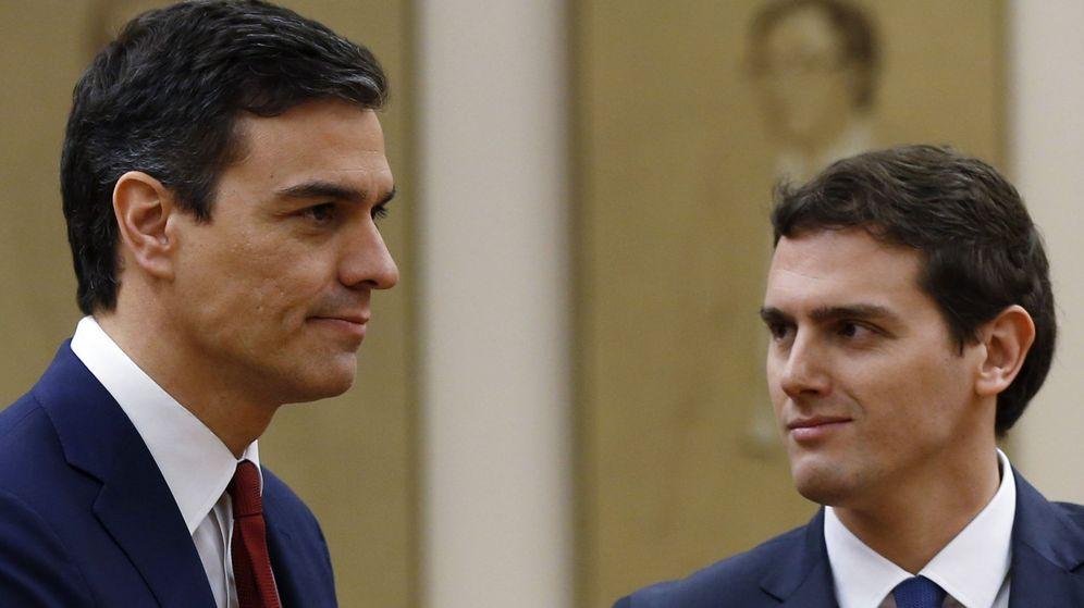 Foto: Pedro Sánchez y Albert Rivera durante la firma del acuerdo, el pasado 24 de febrero. (EFE)