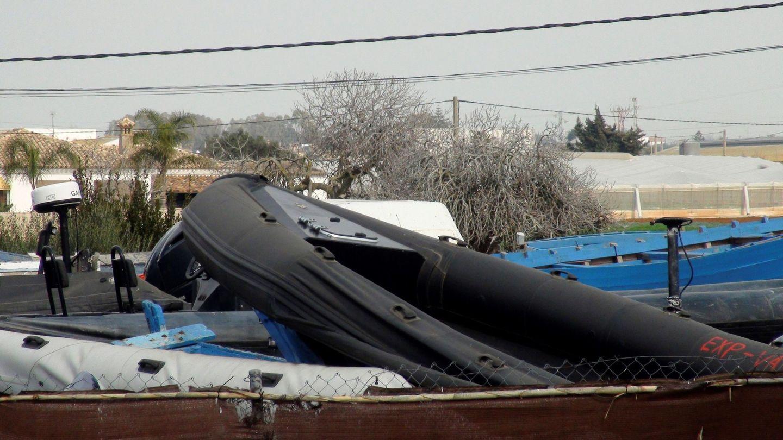 Narcolancha tirada en un depósito en el Campo de Gibraltar. (EFE)