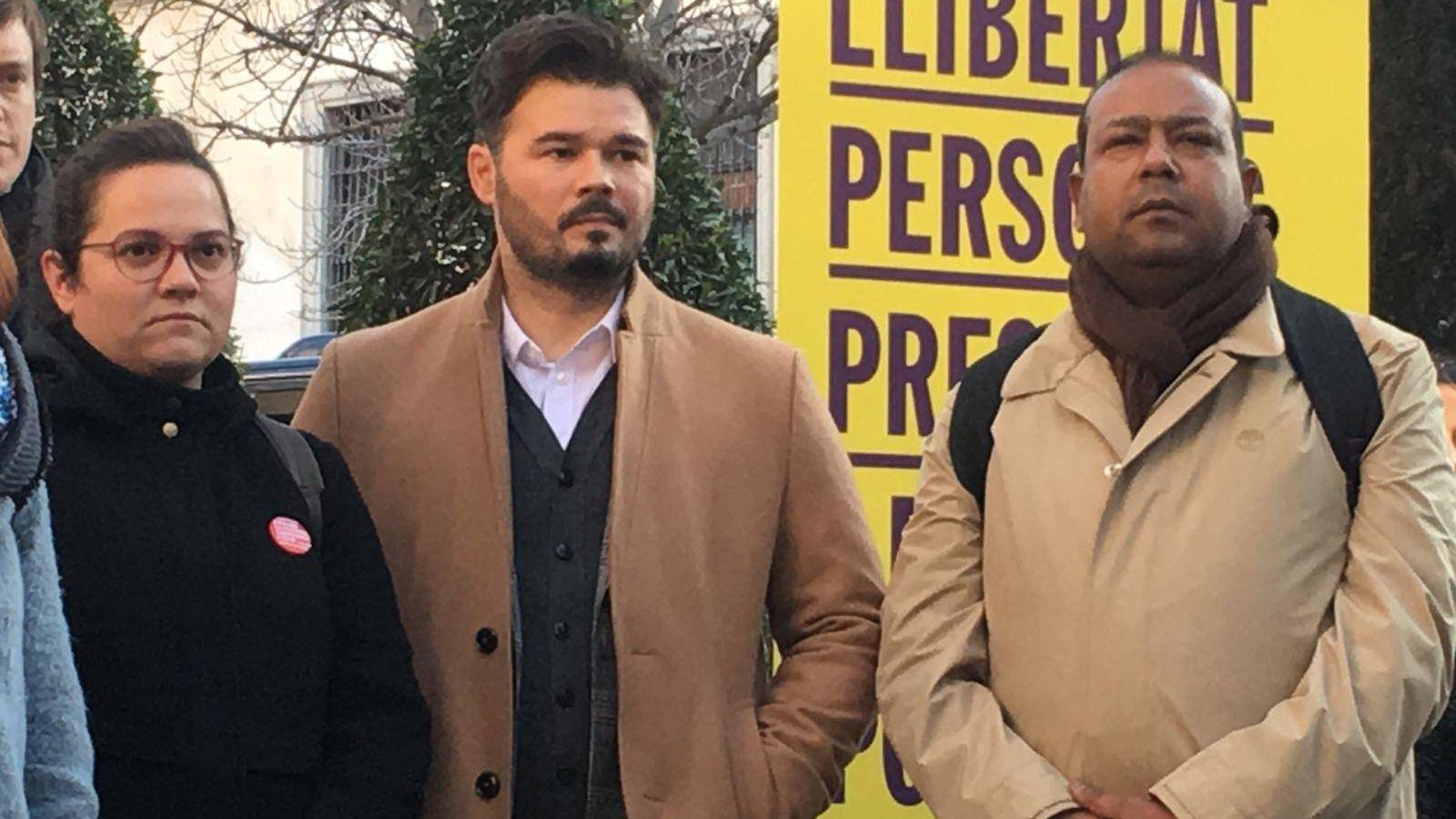 Foto: El senador de ERC Robert Masih Nahar, junto al diputado Gabriel Rufián, en la concentración frente al Supremo de este martes. (EC)