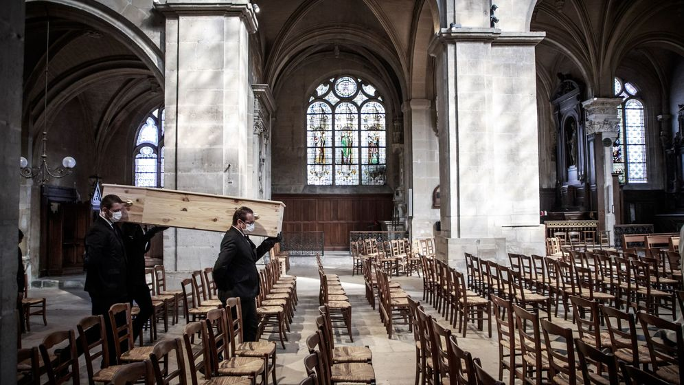 Foto: Un funeral en París de una víctima del coronavirus. (EFE)