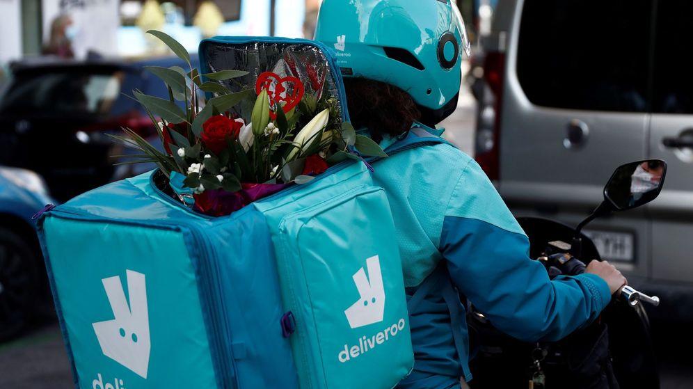 Foto: Un 'rider' de Deliveroo lleva flores por encargo en Madrid. (EFE)