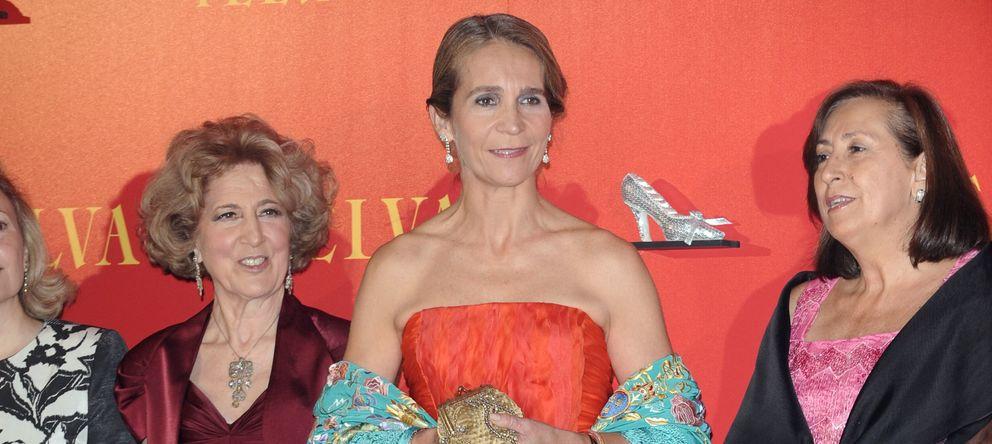 Foto: Carmen Iglesias, de burdeos a la izquierda, junto a la infanta Elena en los Premios Telva Moda en 2010 (Gtres)