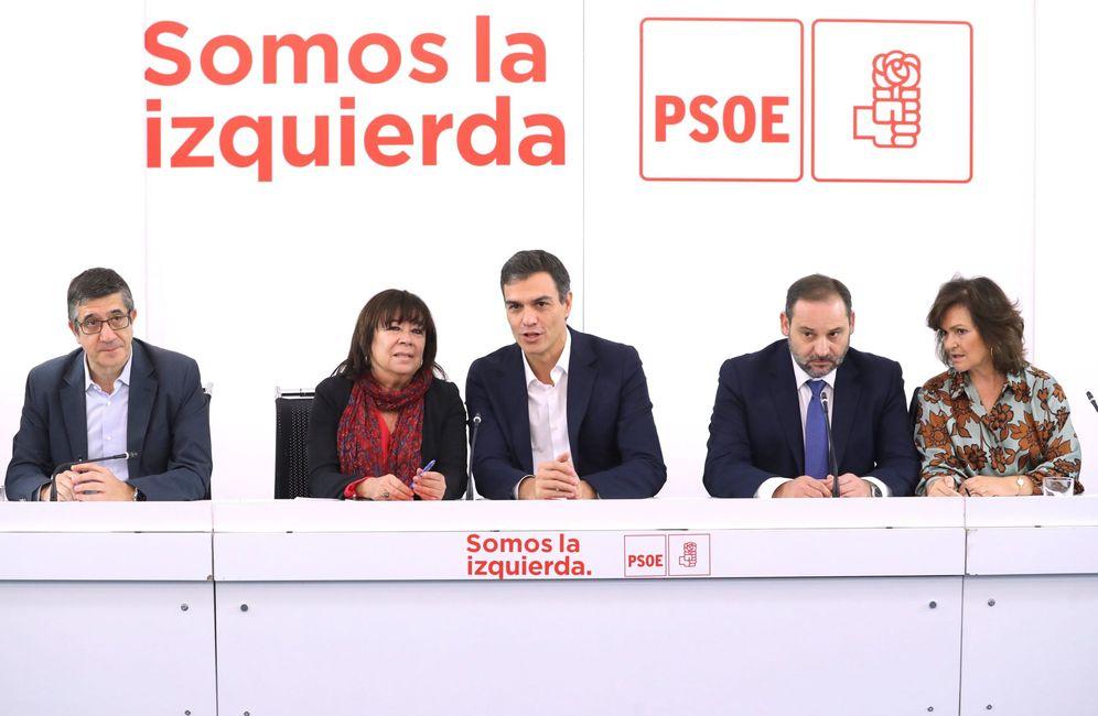 Foto: Pedro Sánchez, con Patxi López, Cristina Narbona, José Luis Ábalos y Carmen Calvo, durante la reunión del plenario de la ejecutiva federal de este 11 de octubre. (EFE)