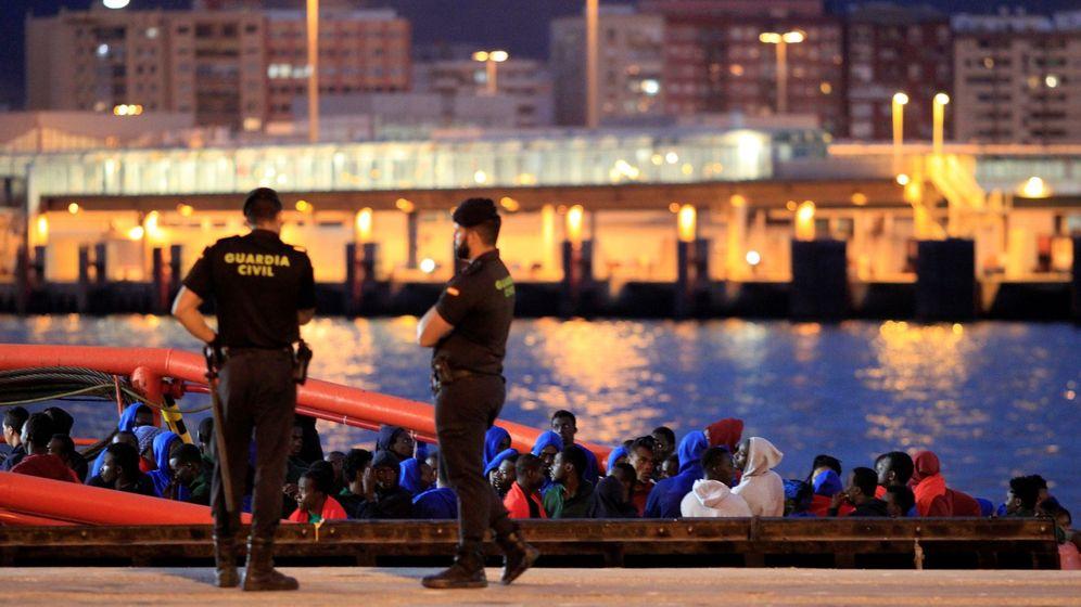 Foto: Un barco de Salvamento marítimo llega al puerto de Algeciras con 160 personas de origen subsahariano y marroquí. (EFE)