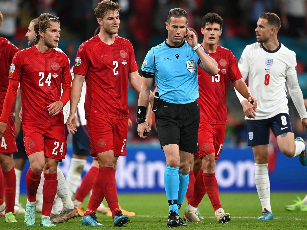 Foto: El árbitro consulta con el VAR el penalti que pitó a favor de Inglaterra. (EFE)
