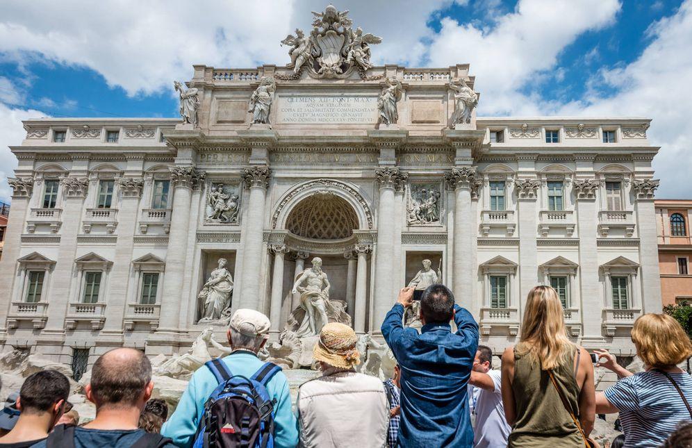 Foto: Turistas tomando fotos en la Fontana de Trevi. (iStock)
