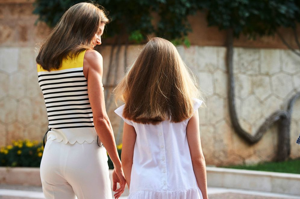 Foto: Letizia y Leonor en Mallorca. (Foto: Limited Pictures)