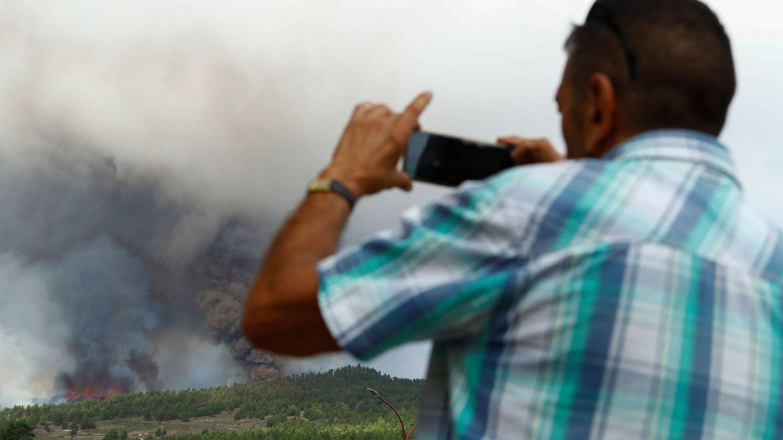 Un vecino fotografía la humareda. (Reuters)