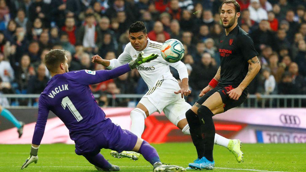 Foto: Casemiro marca el primer gol del Real Madrid ante la salida del portero Tomas Vaclik. (Efe)