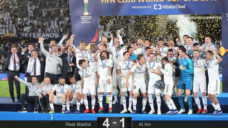 Foto: El Real Madrid posa con el trofeo de campeón del mundo. (Reuters)