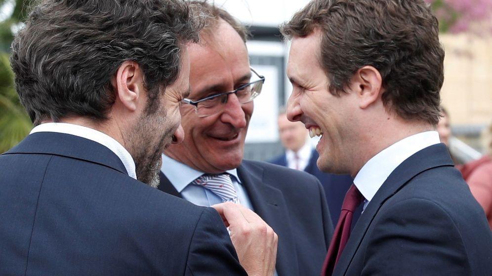 Foto: Alfonso Alonso y Pablo Casado sonríen en presencia de Borja Sémper en un acto en San Sebastián el pasado año. (EFE)
