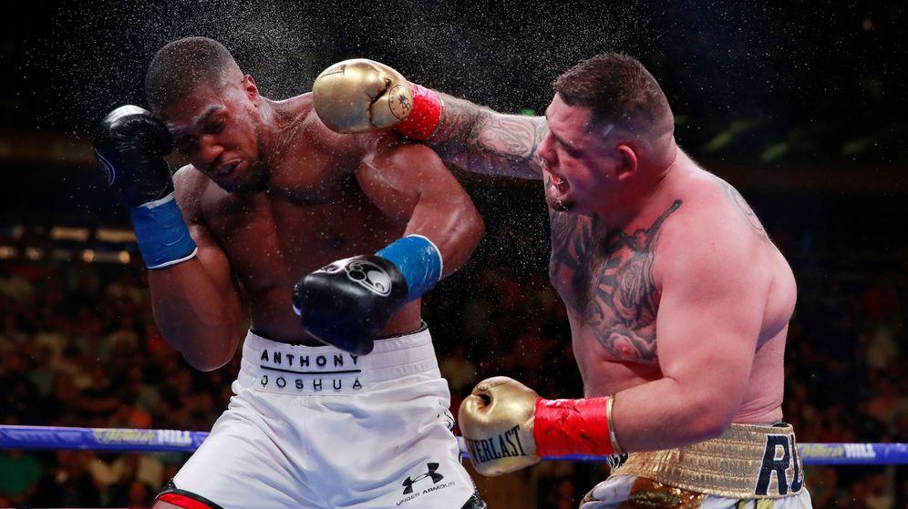Foto: La mano de Dios, como calificó Anthony Joshua al golpe de Andy Ruiz. (Reuters)