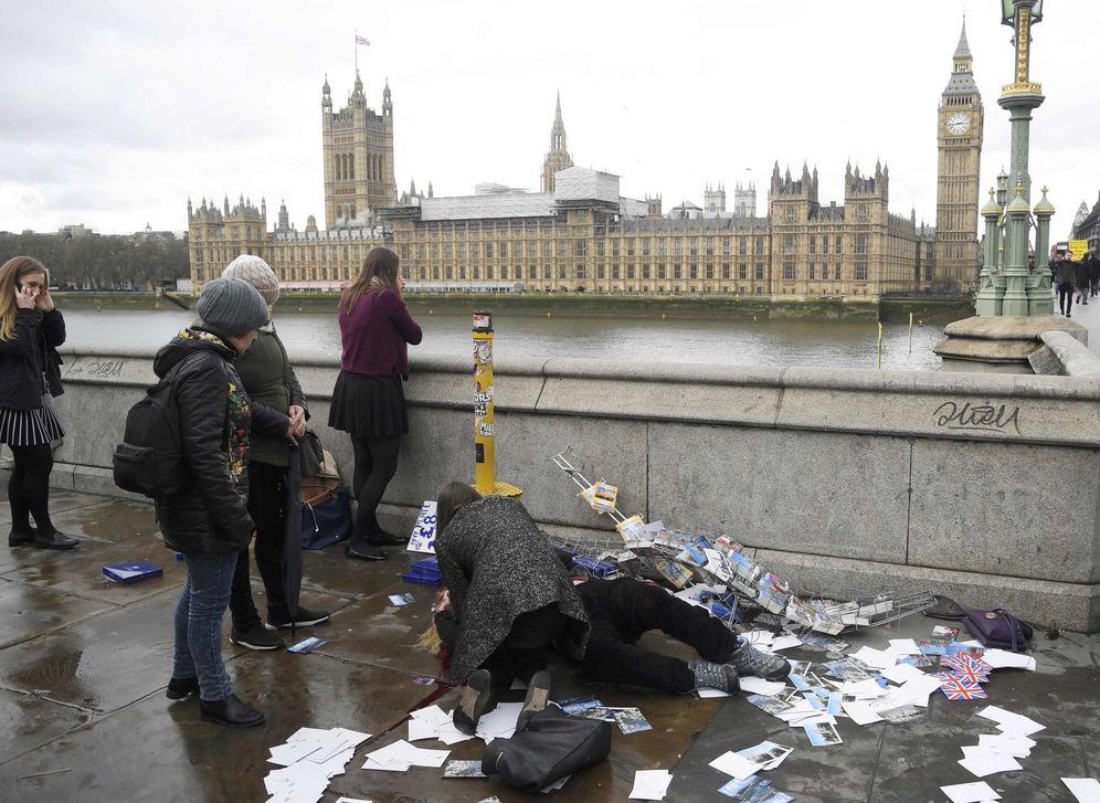Foto: Una mujer herida recibe asistencia tras el atentado en el puente de Westminster. (Reuters)