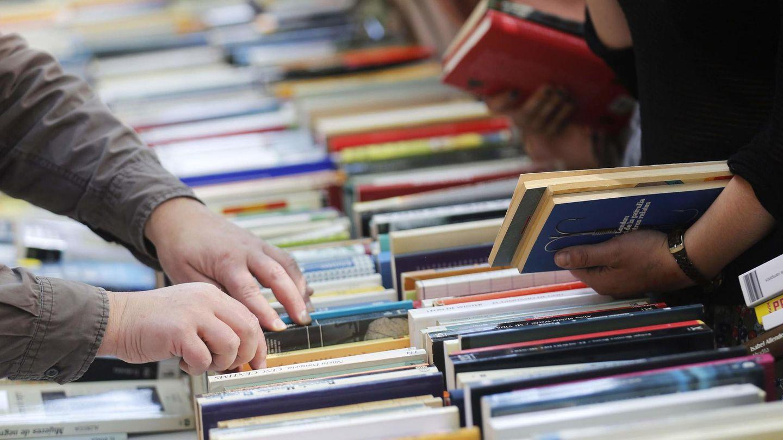 Gente buscando libros en los puestos de la Rambla. (Reuters)