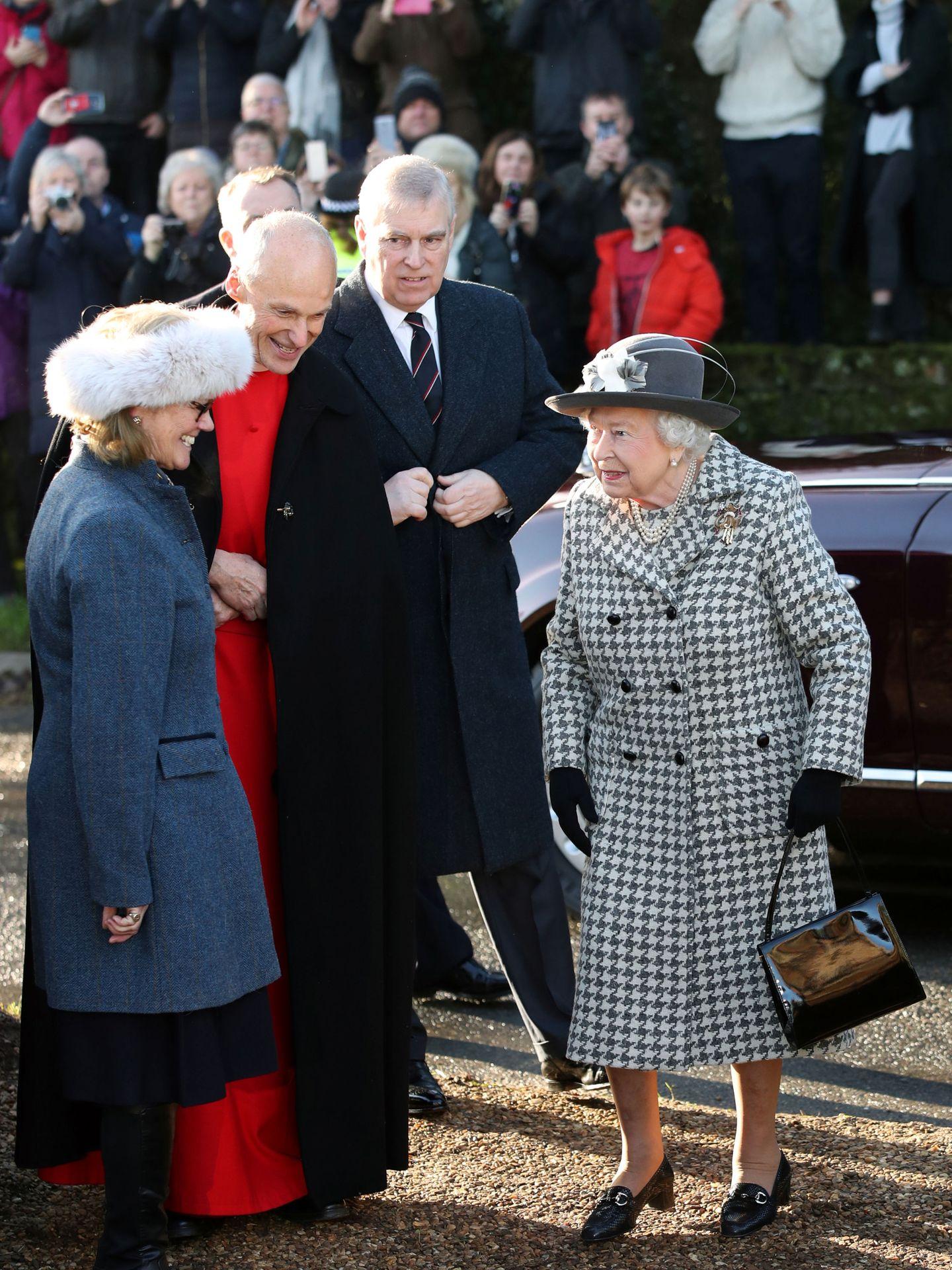 La reina Isabel II, junto al príncipe Andrés hace unos días. (Reuters)