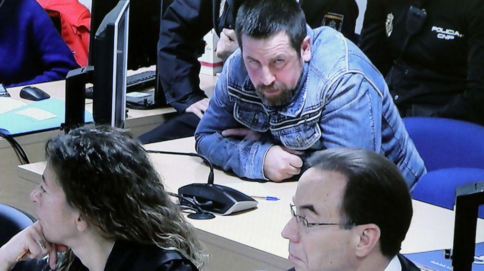 Foto: José Enrique Abuín atiende a las explicaciones de uno de los agentes que estudiaron el teléfono móvil de Diana. (EFE)