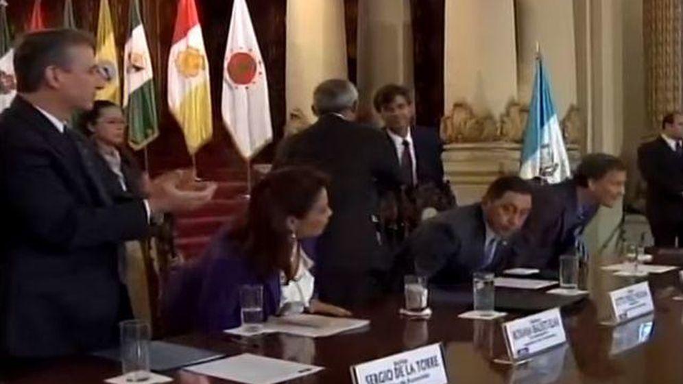 Foto: Pérez Maura saluda al expresidente de Guatemala Otto Pérez (Foto: Gobierno de Guatemala).