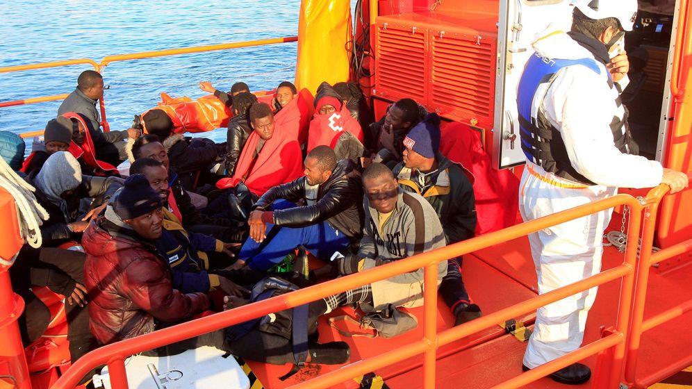 Foto: Un grupo de inmigrantes de origen subsahariano, a su llegada a Cádiz el 23 de diciembre. (EFE)