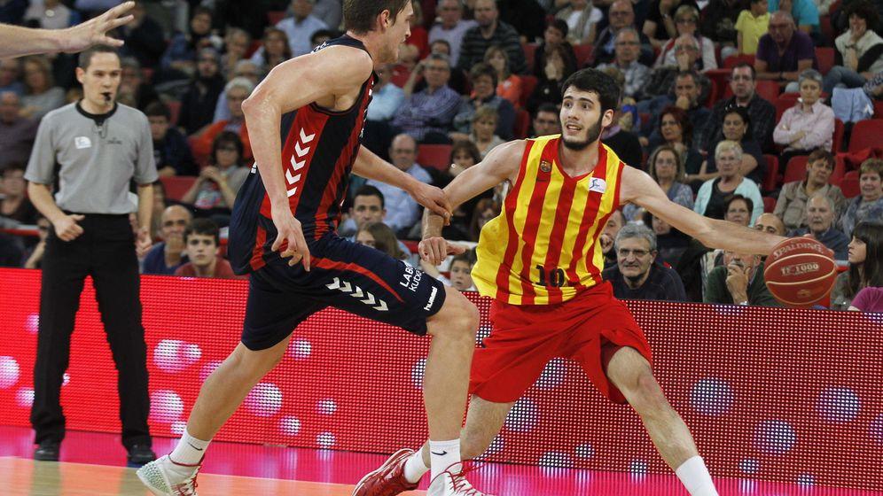 Foto: Alex Abrines trata de superar la defensa de Thibor Pleiss durante el segundo partido entre Barcelona y Laboral Kutxa. (Efe)