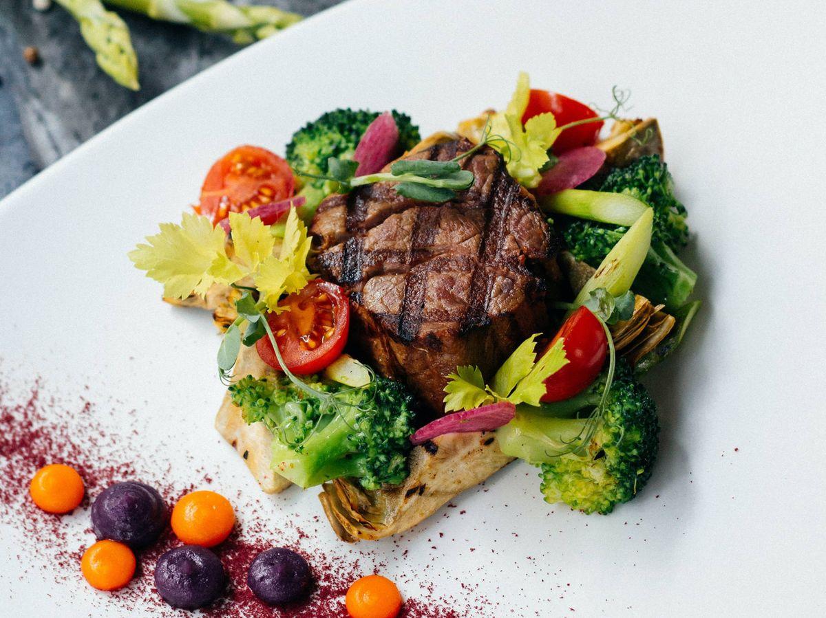 Foto: Consumir menos carne para un planeta más sostenible. (Eugene para Unsplash)