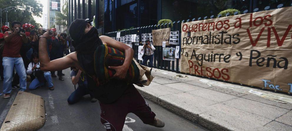 Foto: Un activista arroja una piedra durante protestas en Ciudad de México por la desaparición de los estudiantes en el estado de Guerrero. (Reuters)