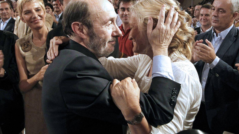 Alfredo Pérez Rubalcaba se abraza a su esposa. (EFE)