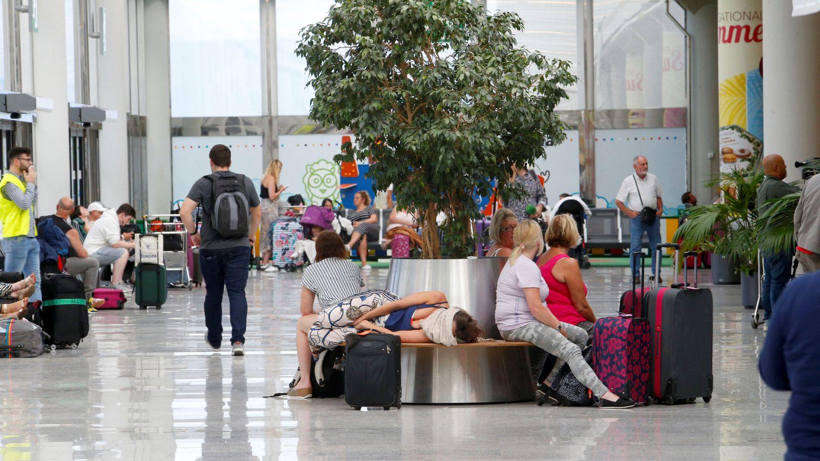 Foto: Pasajeros de Thomas Cook en el aeropuerto de Mallorca. (Reuters)