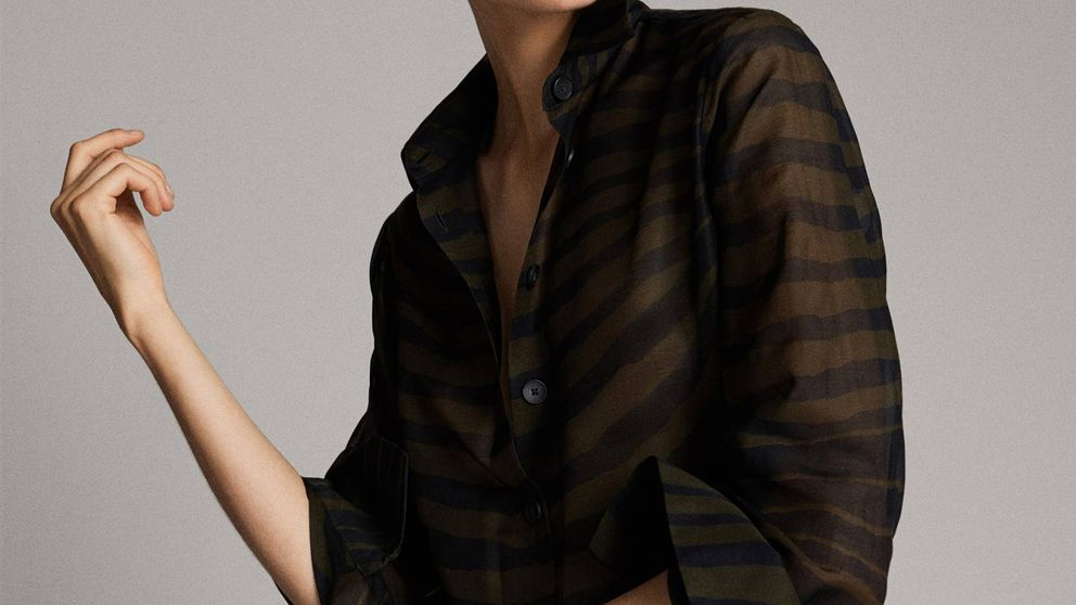 Esta blusa de Massimo Dutti tiene el estampado animal ideal para las chicas de talla media (y tenemos pruebas)