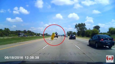 El aparatoso accidente de un motorista que no puede evitar un objeto caído sobre el asfalto