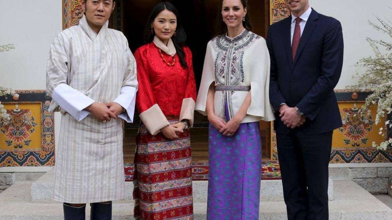 Los Cambridge, con los reyes de Bután en una imagen de archivo. (Reuters)